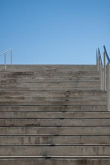Céu azul design moderno corrimão escada enorme pedra entrada da cidade ao ar livre urbano