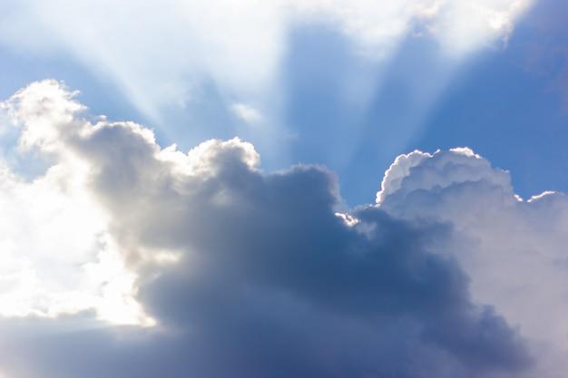 Céu azul dramático com belas nuvens e raios de sol à noite