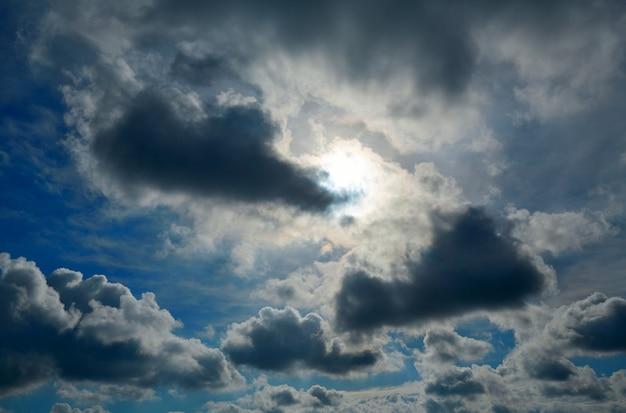 Céu azul dramático com nuvens cinzentas