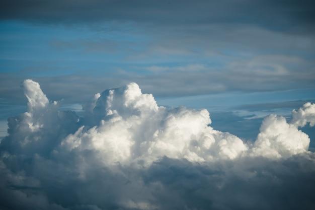 Céu azul dramático com nuvens grandes