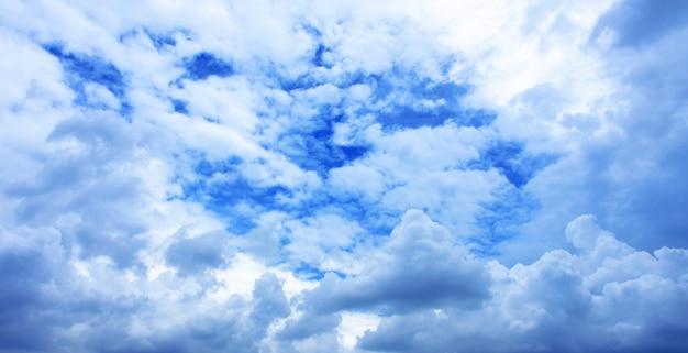 Céu azul e bela nuvem no bom dia de manhã