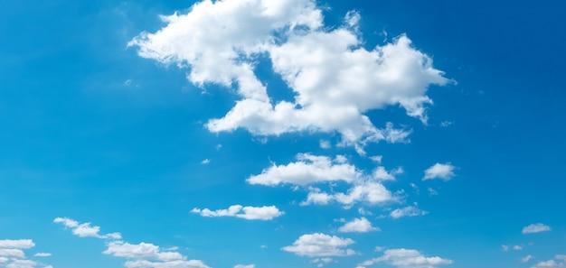 Céu azul e bela nuvem
