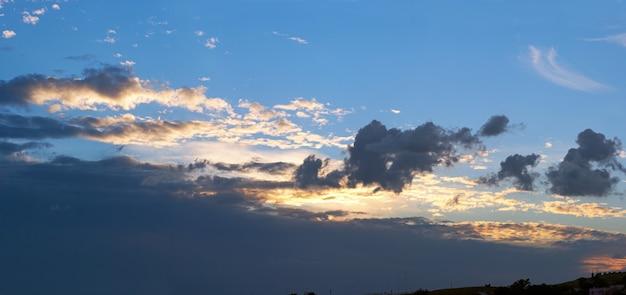 Céu azul e colorido à noite com nuvens. imagem composta de cinco tiros.