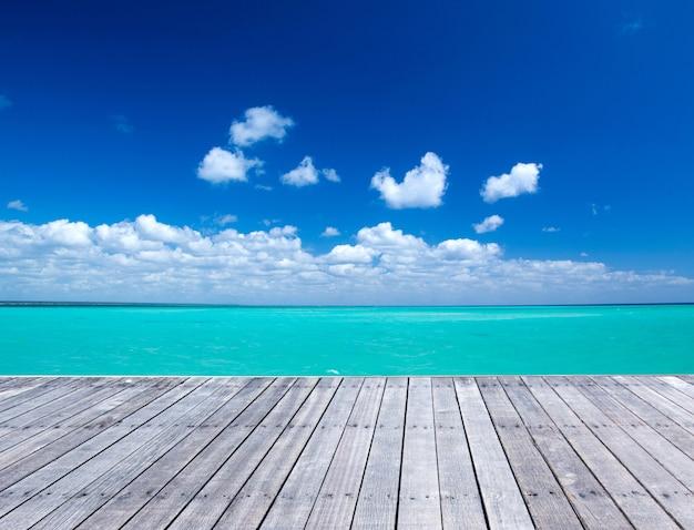 Céu azul e fundo do assoalho de madeira