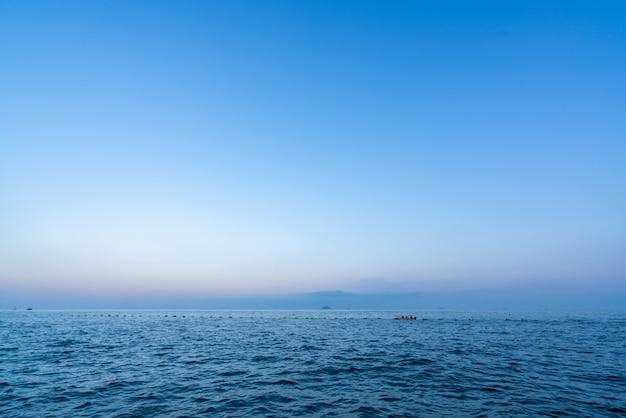 Céu azul e mar ao pôr do sol