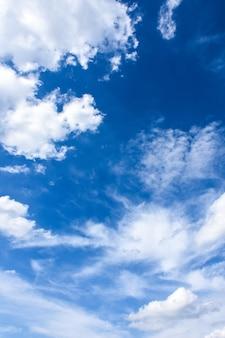 Céu azul e nuvem bonita no bom dia da manhã. fundo da paisagem