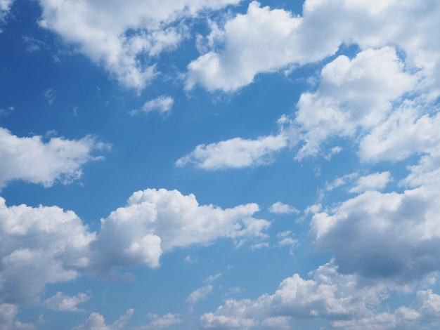 Céu azul e nuvem branca