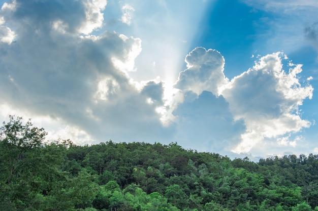 Céu azul e nuvem na montanha verde