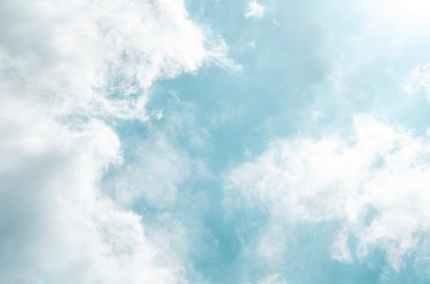 Céu azul e nuvens brancas com fundo desfocado
