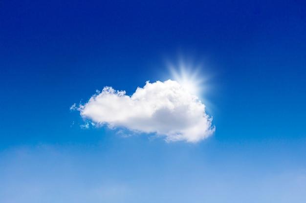 Céu azul e nuvens brancas com luz solar de incandescência. férias de verão e bom tempo.