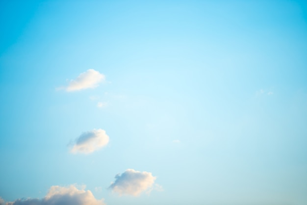 Céu azul e nuvens brancas como pano de fundo da natureza