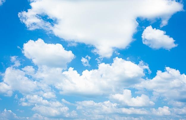 Céu azul e nuvens brilhantes