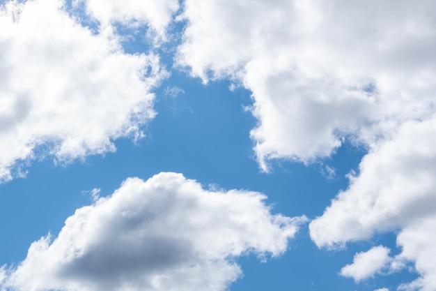 Céu azul e nuvens cúmulos brancas