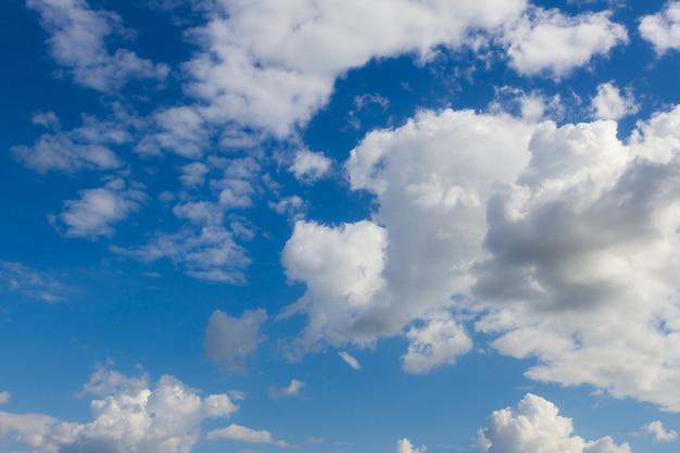 Céu azul e nuvens de fundo