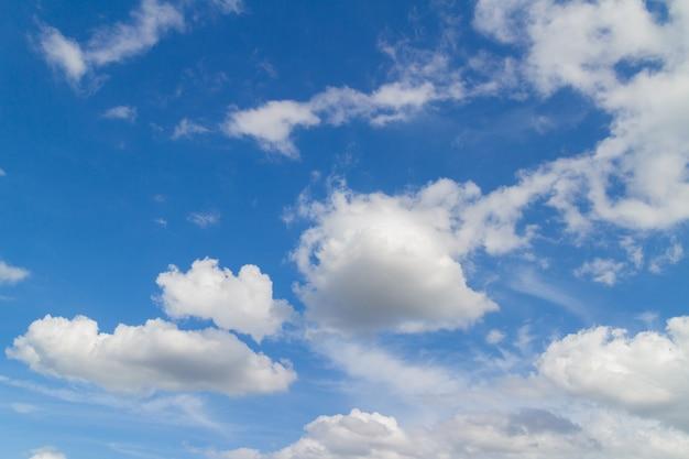 Céu azul e nuvens em dias de bom tempo
