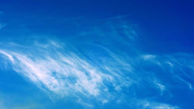 Céu azul e nuvens em um dia azul brilhante