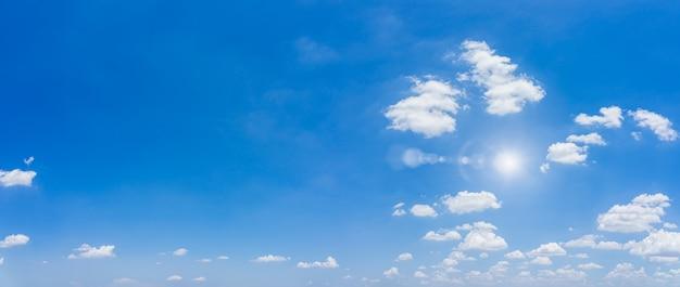 Céu azul e nuvens naturais ..