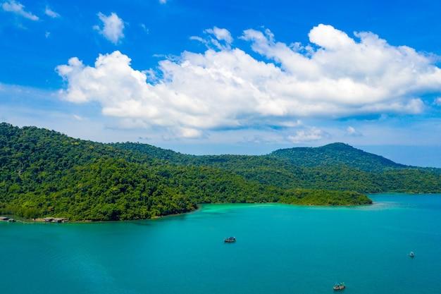 Céu azul e oceano do mar turquesa em koh kood, a leste da ilha da tailândia.