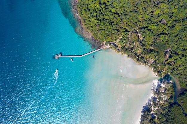 Céu azul e oceano do mar turquesa na ilha ao lado de koh kood, no leste da tailândia.