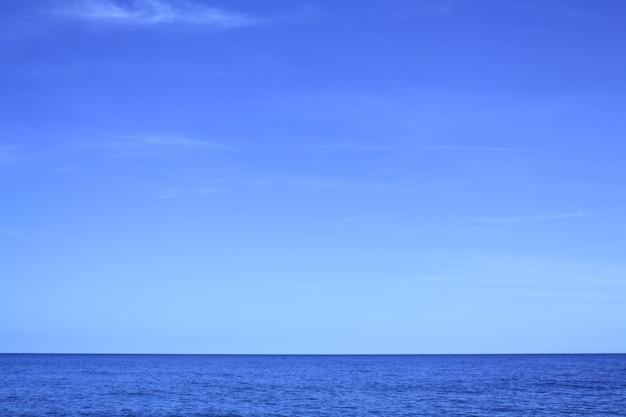 Céu azul e paisagem do mar