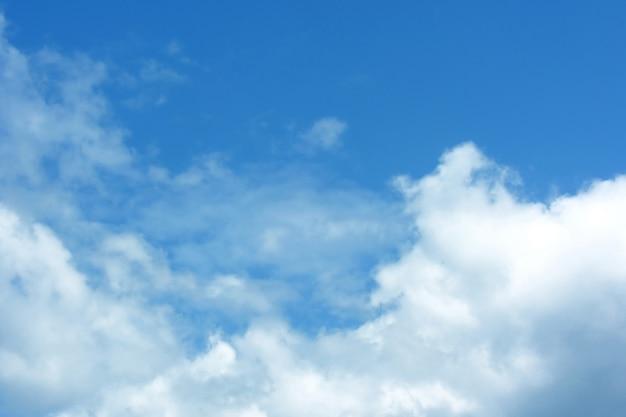 Céu azul ensolarado