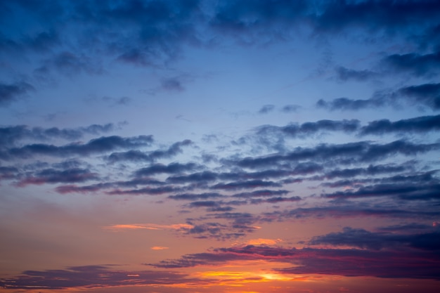 Céu azul escuro ao pôr do sol, foco suave
