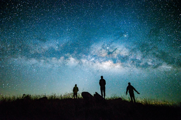 Céu azul escuro da noite com a estrela via láctea