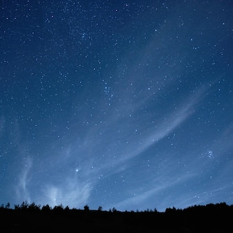 Céu azul escuro da noite com fundo de muitas estrelas