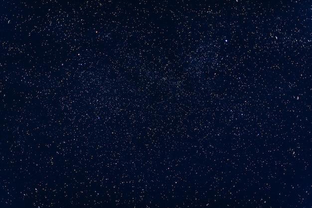 Céu azul escuro estrelado