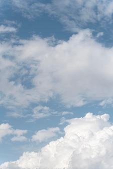 Céu azul gradiente com nuvens brancas