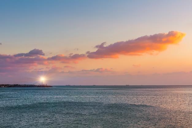 Céu azul horizonte fundo do rock praia linda