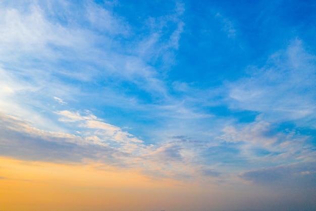 Céu azul laranja e amarelo com nuvens no crepúsculo na tailândia Foto Premium