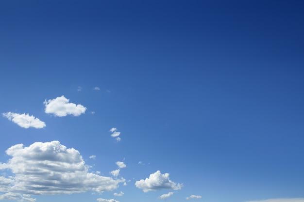 Céu azul lindo com nuvens brancas em dia de sol