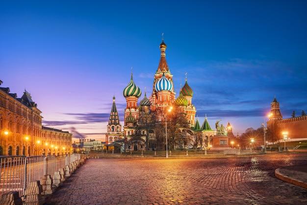 Céu azul matinal sobre a praça vermelha e a catedral de são basílio em moscou