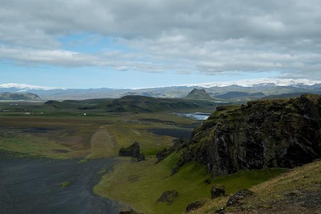 Céu azul na praia negra. reynisdrangar, vik islândia