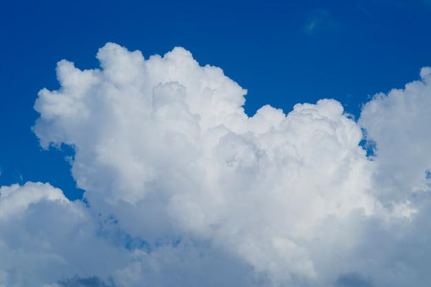 Céu azul nebuloso