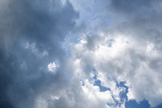 Céu azul nublado e tempestade