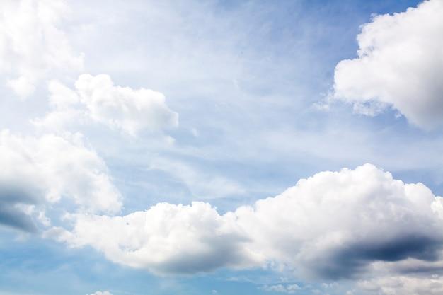 Céu azul, nuvens brancas e chuva iminente.