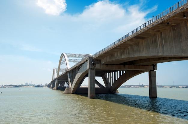 Céu azul sob a ponte