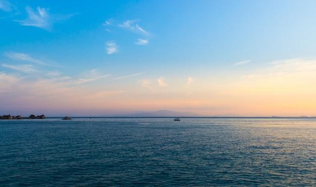 Céu azul sobre o mar