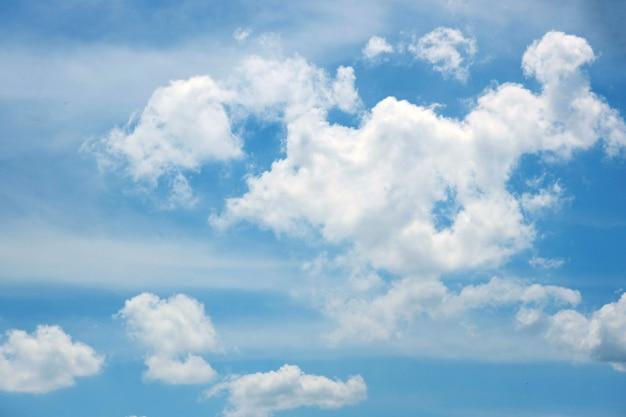Céu bonito do bluk com nuvem branca.