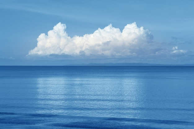 Céu bonito do mar e da nuvem no horizonte, fundo do seascape
