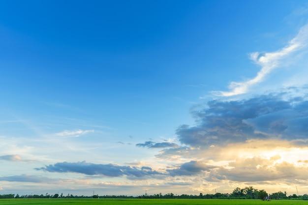Céu brilhante e dramático pôr-do-sol no campo ou na praia.