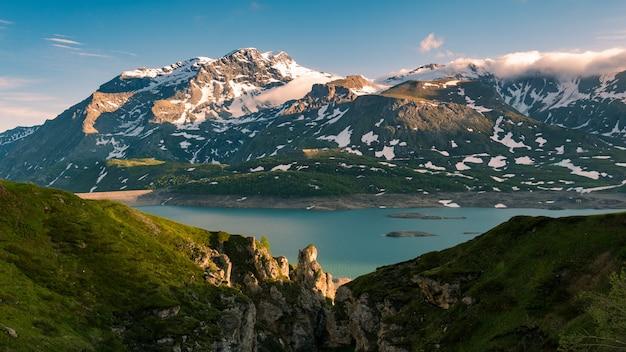Céu cênico nuvens ao nascer do sol, lago e montanhas cobertas de neve, inverno frio, fiorde nord paisagem