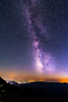 Céu cheio de estrelas e a via láctea acima de ranca, romênia.