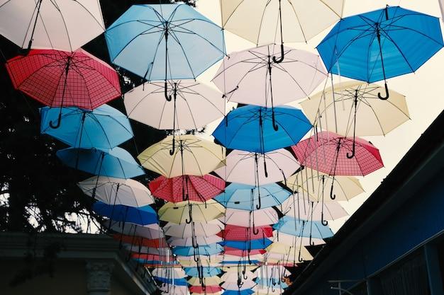 Céu chuvoso, guarda-sol, mary poppins, padrão sem emenda, arte, rua