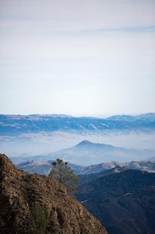 Céu cinza acima da montanha durante o dia
