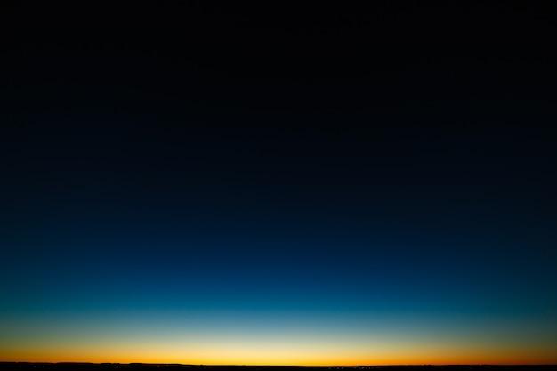 Céu claro acima do horizonte após o pôr do sol