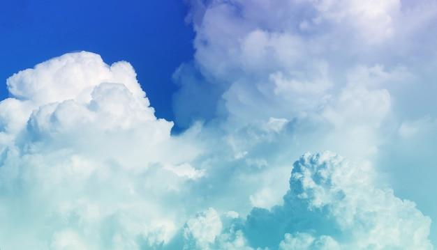 Céu claro e lindas nuvens