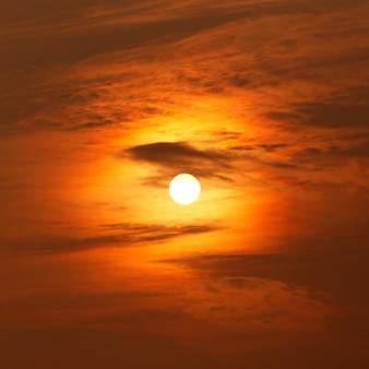 Céu colorido ao pôr do sol atrás das nuvens